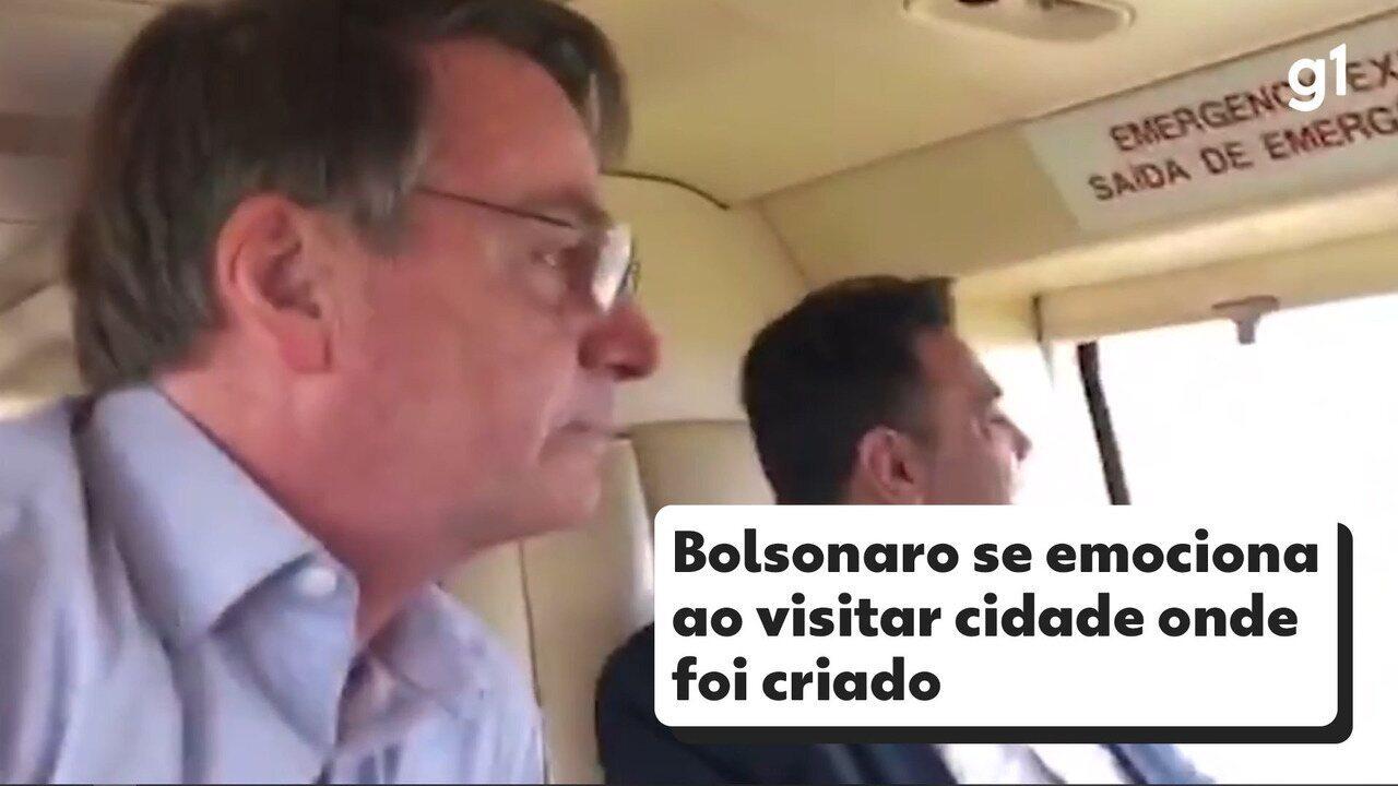 Bolsonaro visita familiares e se emociona em Eldorado, cidade onde foi criado