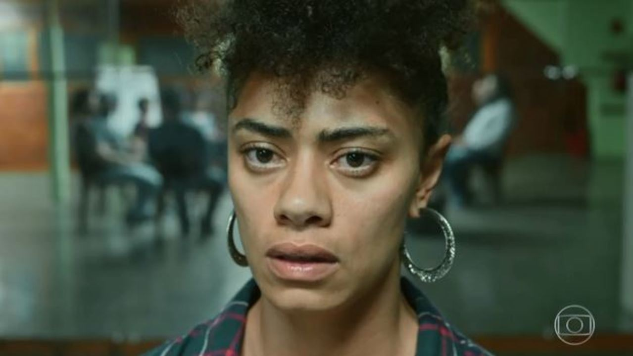 Evandro leva mulher que teve overdose para reunião de grupo de apoio a narcóticos