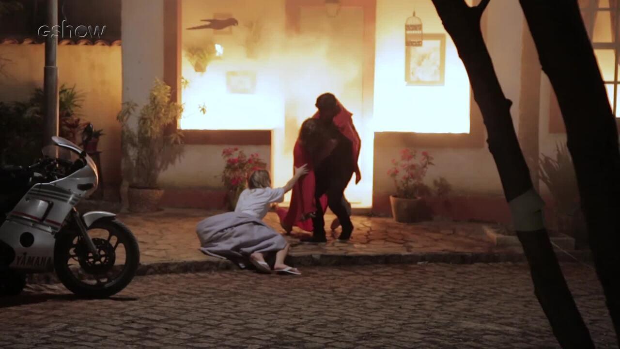 Rafael Vitti mostra bastidores de cena de incêndio em Verão 90