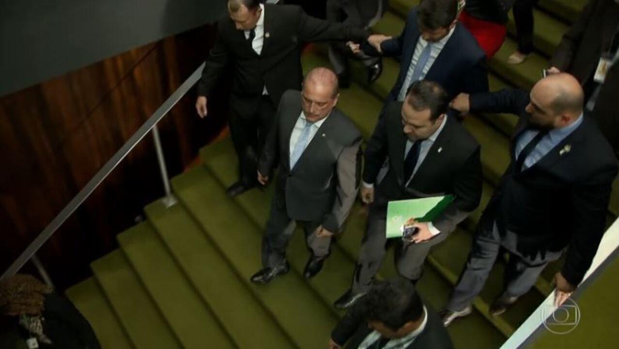 Bolsonaro revoga regras que facilitariam porte de armas e edita decretos sobre o tema