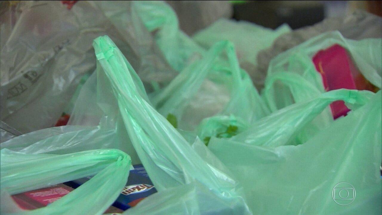 Supermercados do Rio de Janeiro estão proibidos de oferecer sacolas plásticas comuns