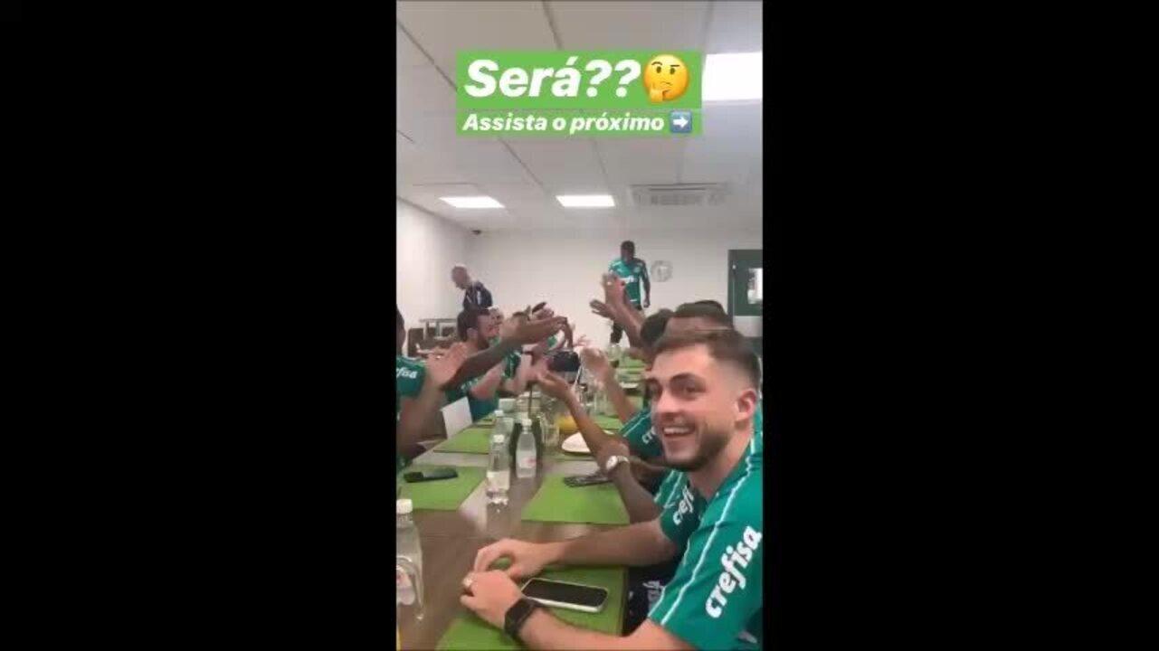 """Ramires canta """"Para nossa alegria"""" no Palmeiras"""
