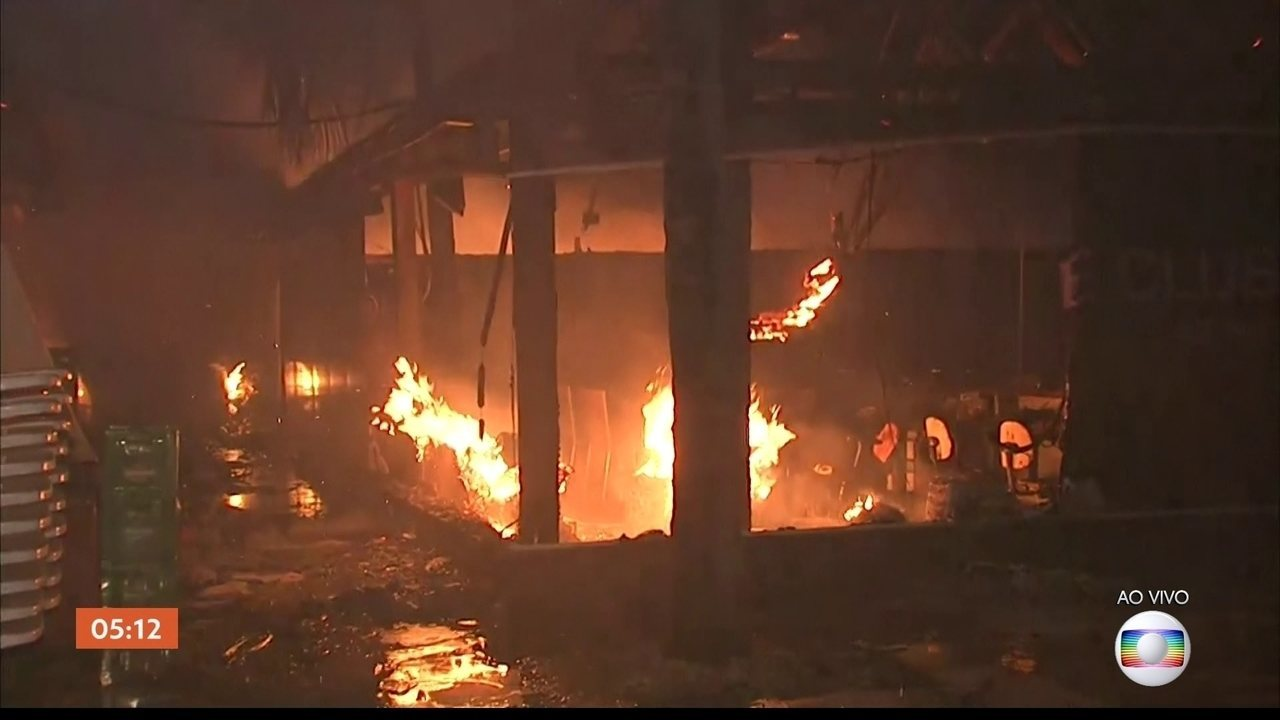 Quiosque pega fogo na Praia do Futuro em Fortaleza (CE)