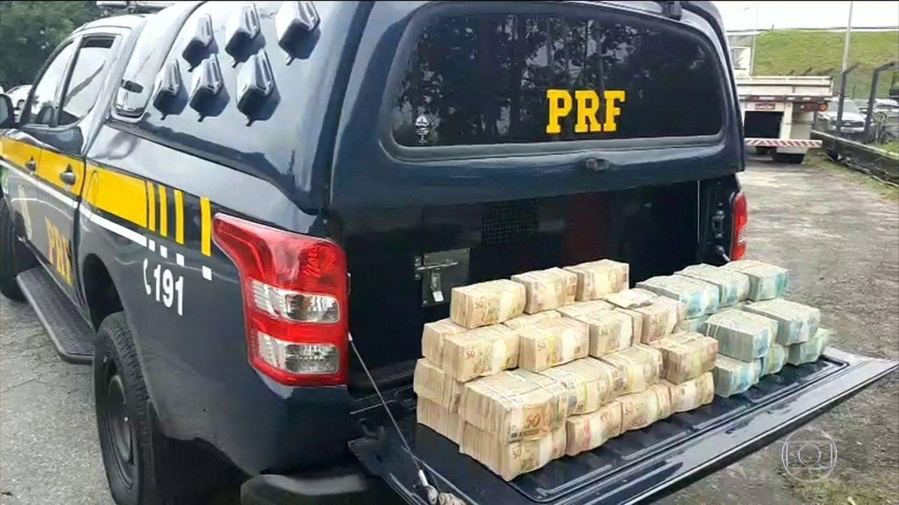 R$ 2,5 milhões em dinheiro vivo foram apreendidos na Rodovia Régis Bittencourt