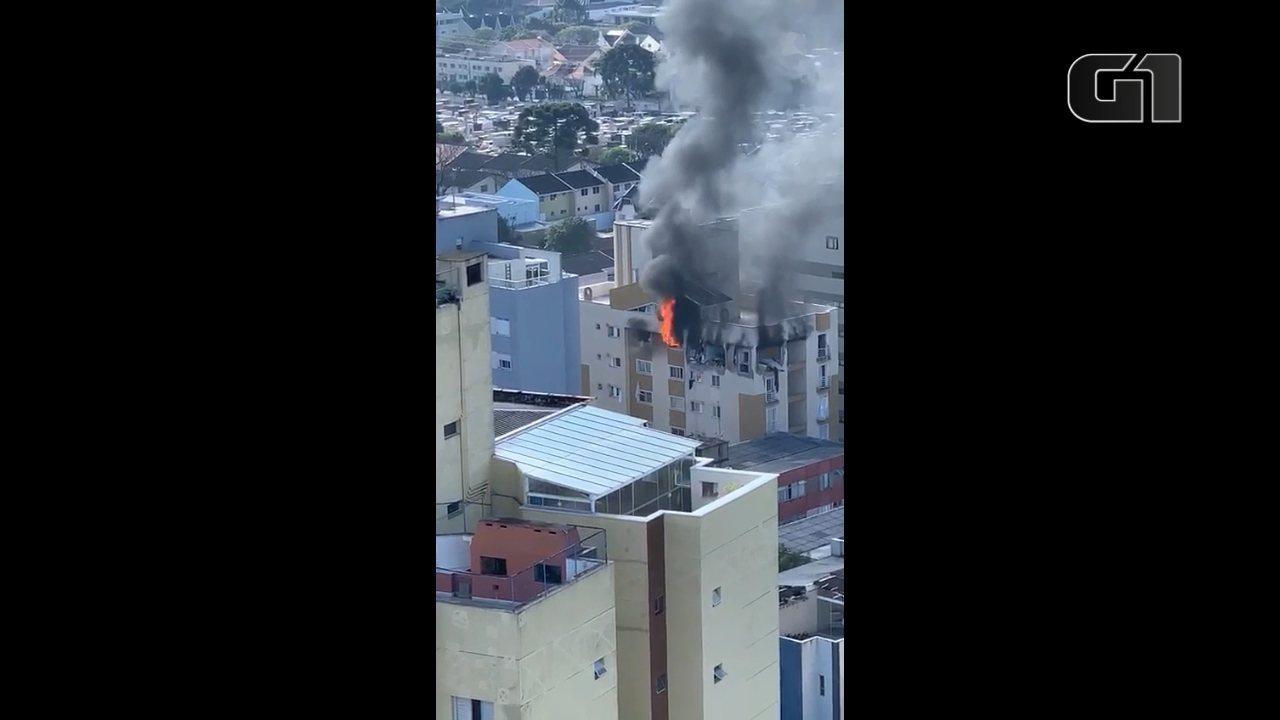 Moradores de prédios vizinhos registraram o momento em que o apartamento ainda pegava fogo