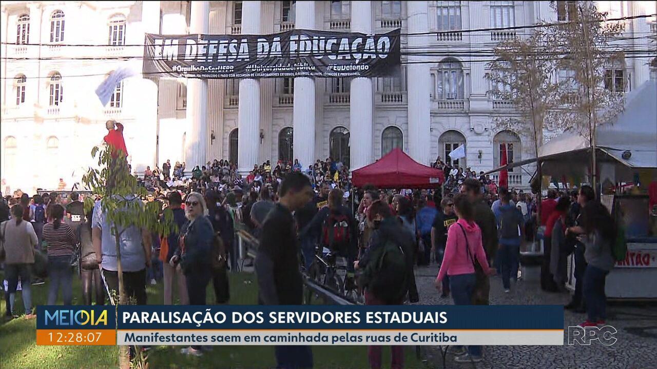 Servidores fazem caminhada em Curitiba na manhã desta segunda (1º)