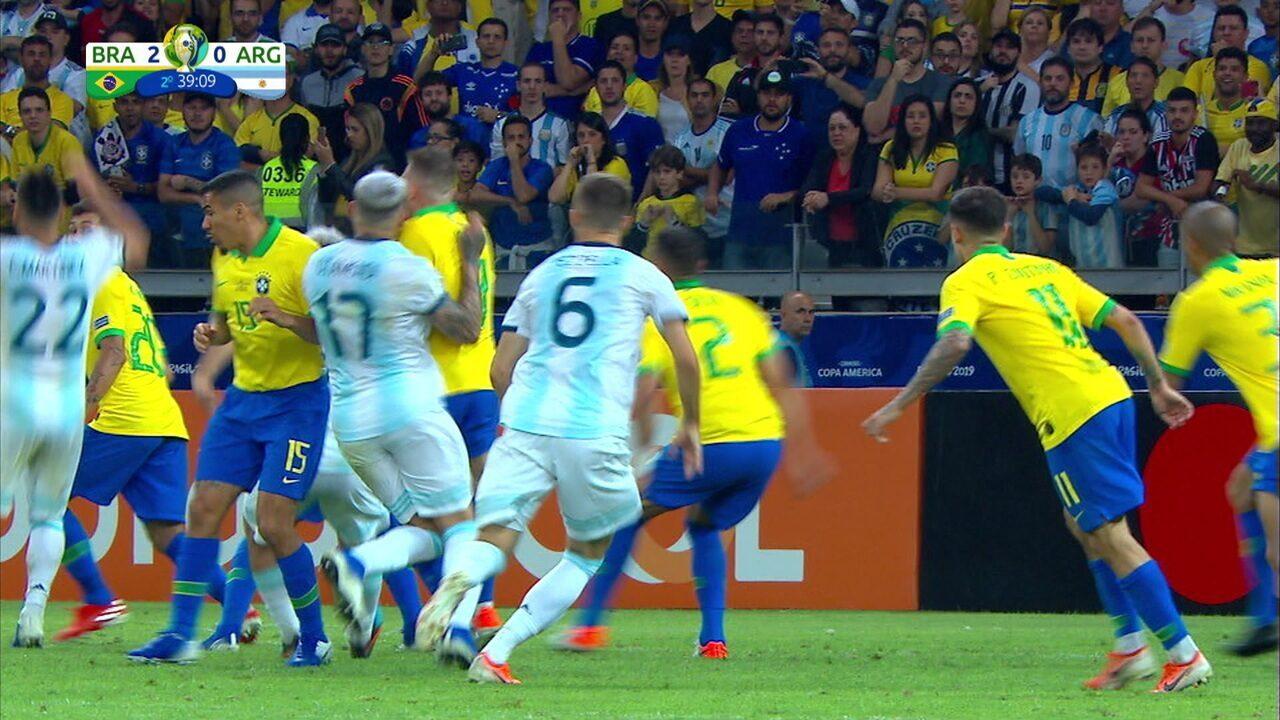 Arthur e Otamendi dividem, Argentino cai pedindo pênalti, e Juiz manda seguir, aos 38 do 2º tempo