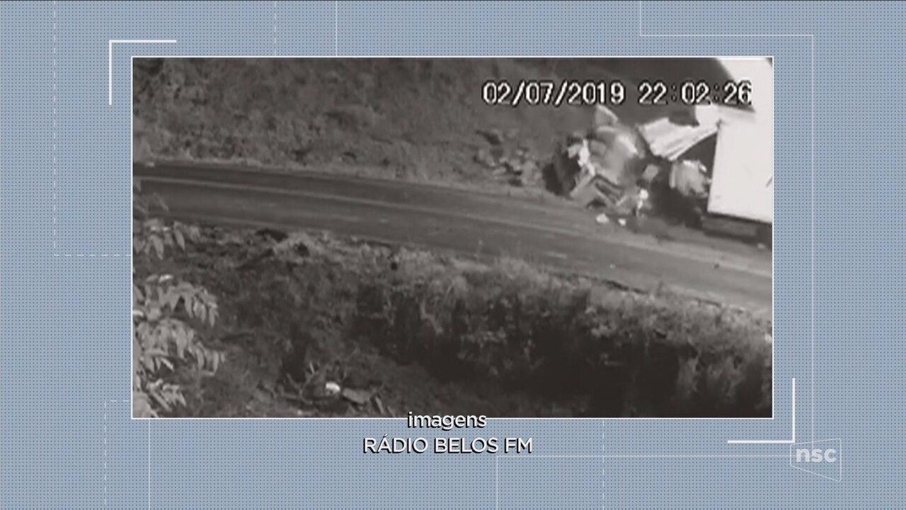 Vídeo mostra motorista saindo de caminhão após acidente no Oeste de SC