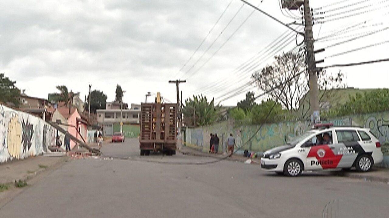 Caminhão bate e derruba muro e poste e deixa quatro feridos em Ferraz