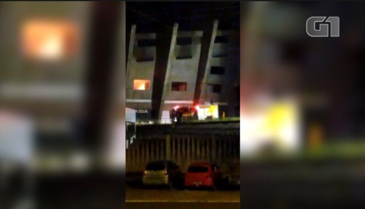 Bombeiros combatem incêndio no estádio Albertão