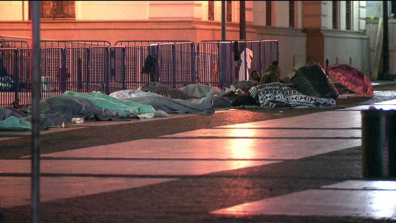 Moradores de rua sofrem com frio durante as madrugadas em SP