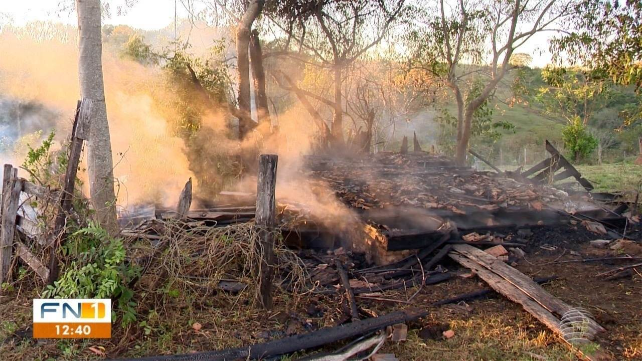 Casa é destruída pelo fogo, em Presidente Prudente