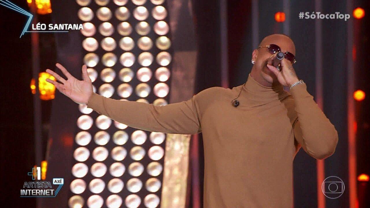 Léo Santana canta 'Olha Como Tá Minha Mesa'