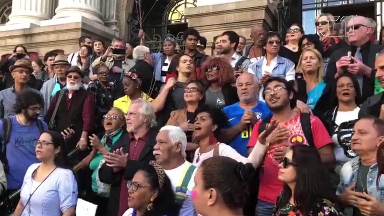 """Admiradores de João Gilberto cantam """"Chega de saudade"""" na porta do Theatro Municipal"""