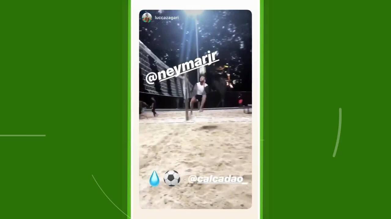 Enquanto não se apresenta ao PSG, Neymar joga futevôlei em São Paulo