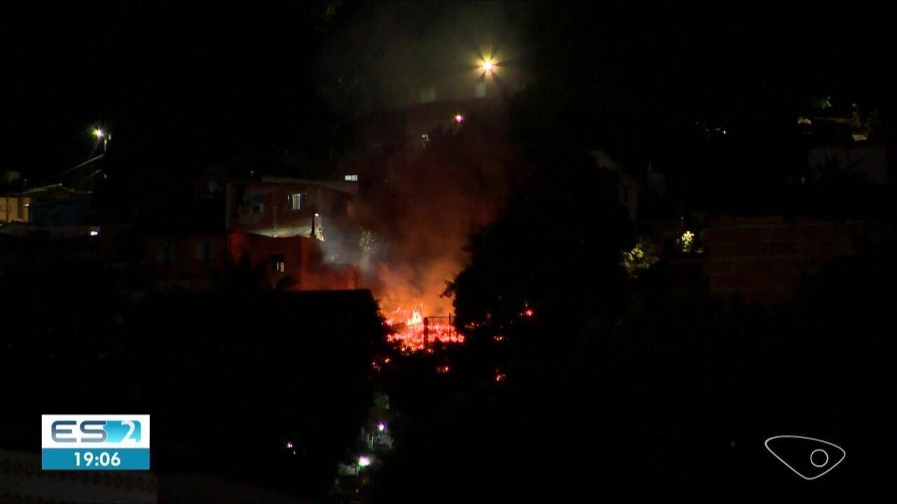Incêndio atinge casas no Bairro da Penha, em Vitória