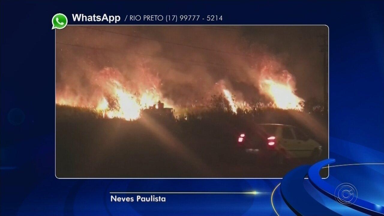 Incêndio atinge canavial às margens de rodovia de Neves Paulista