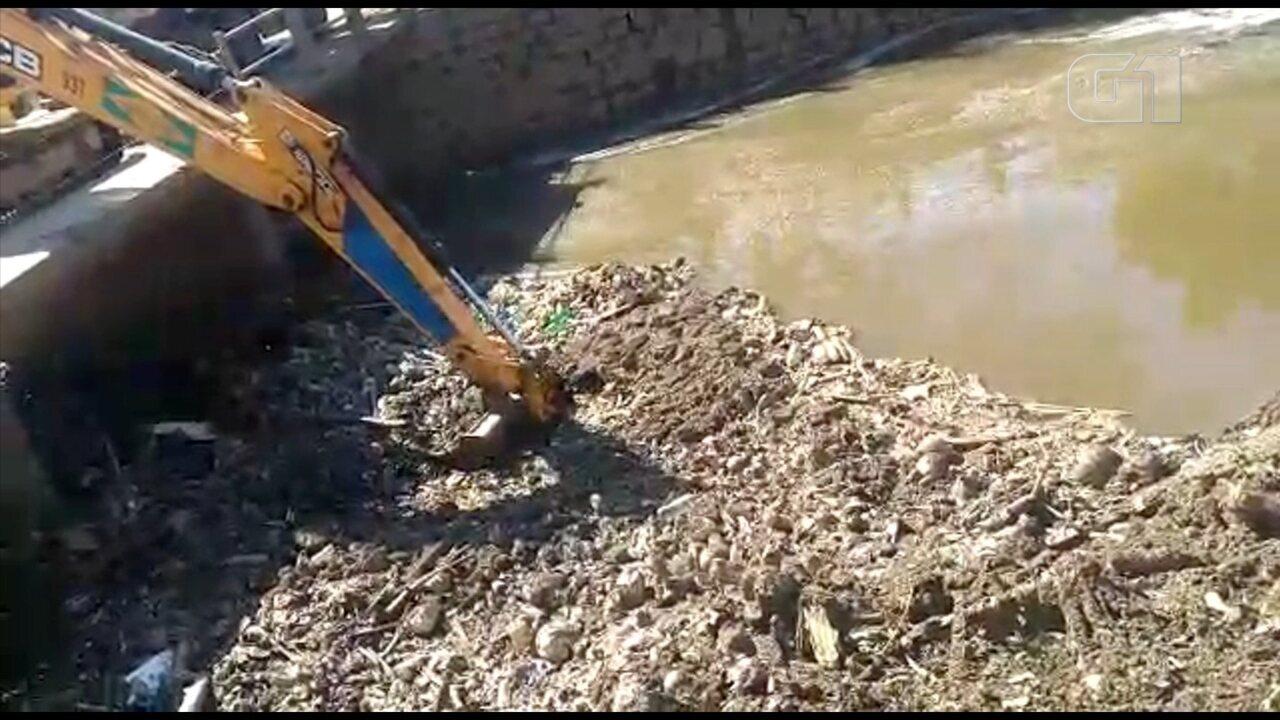 Vídeo mostra sujeira sendo retirada do Rio Tietê em Salto