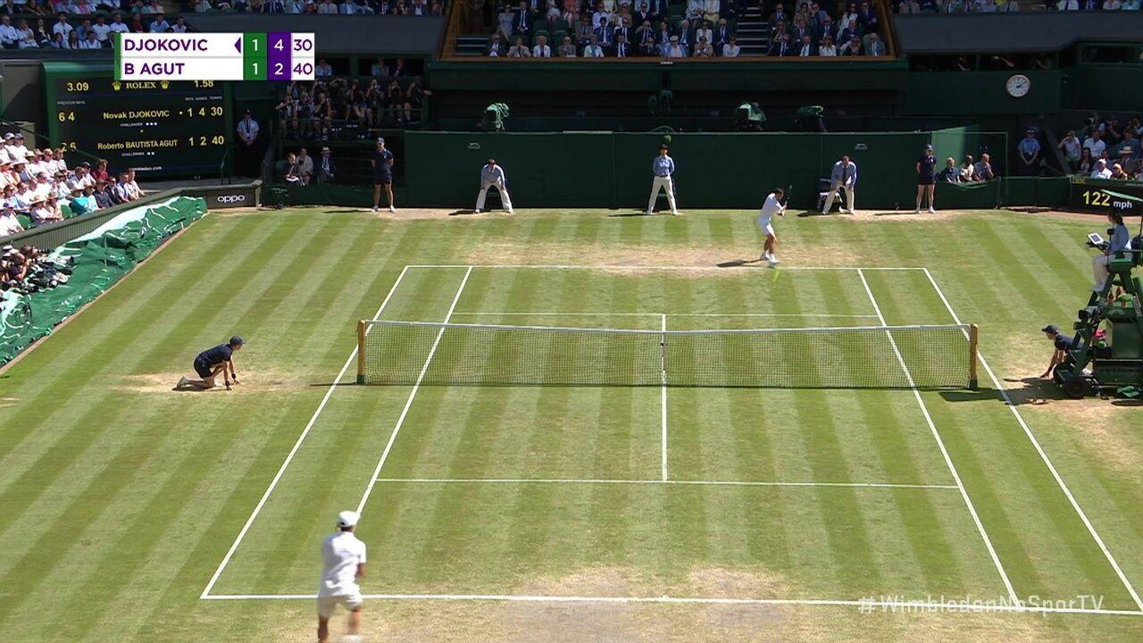 Após um longo rali, Djokovic acelera bonito na paralela e chama o público