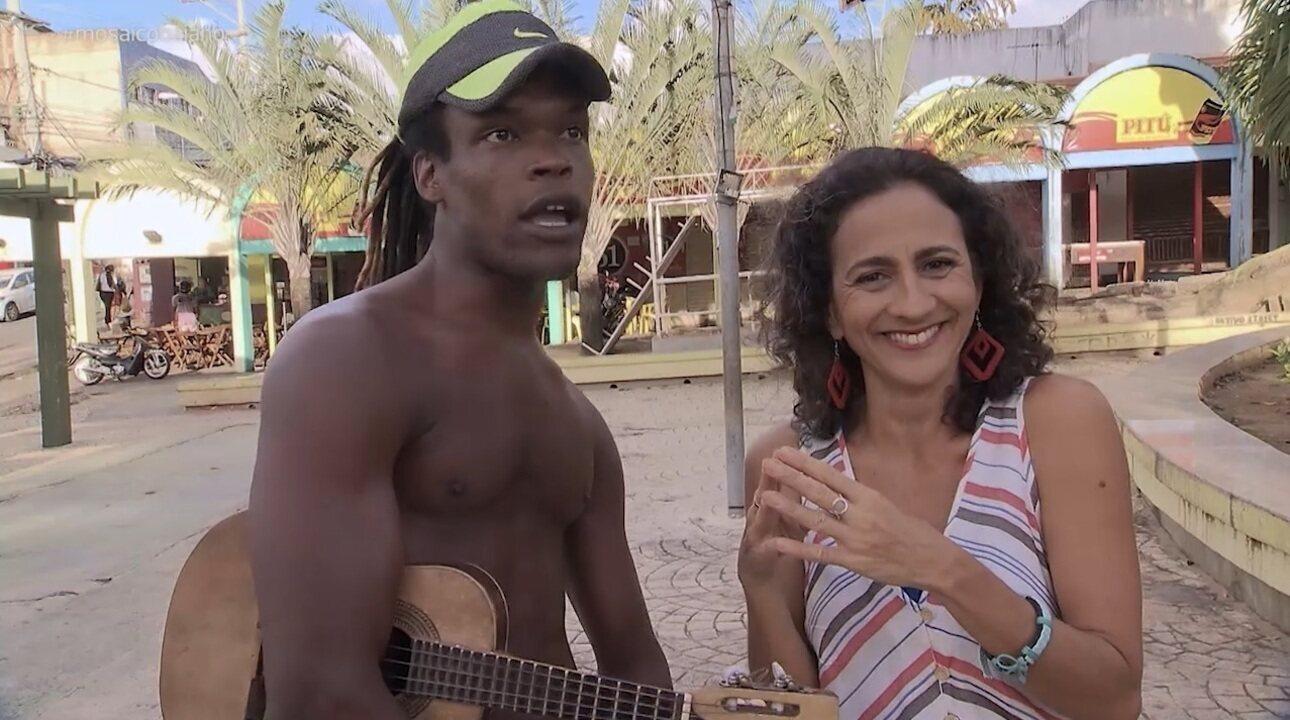 Maria Menezes passeia em Itinga, onde encontra o personagem Sucrilho Boladão