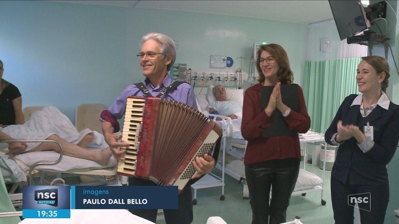 Projeto leva música para pacientes de UTI em hospital no Oeste de SC