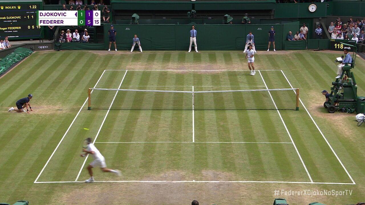 Federer busca bola e dá curta mortal em Djokovic na final de Wimbledon