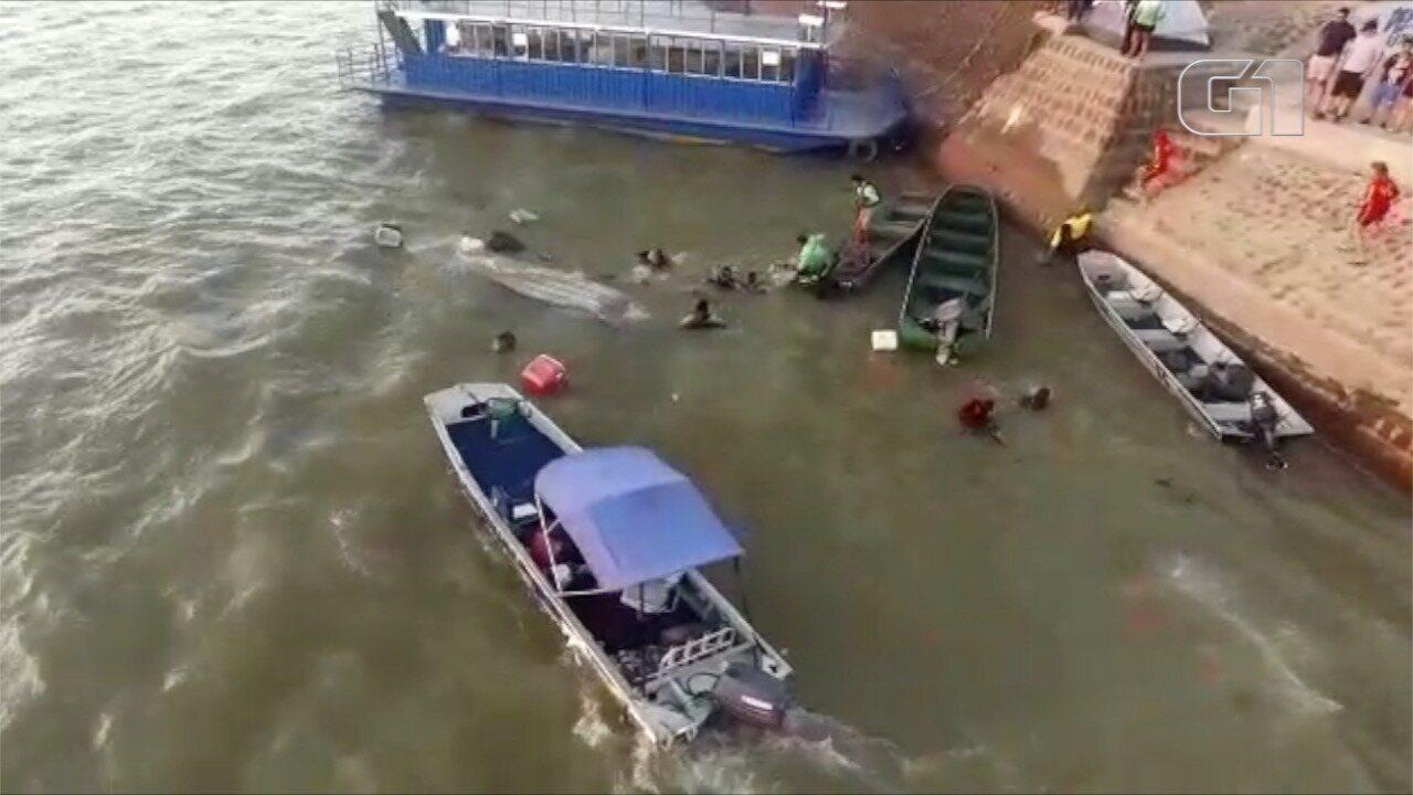 Bombeiros resgatam grupo após canoa naufragar no Rio Araguaia, em Aruanã