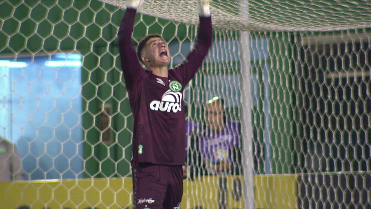 Goleiro Tiepo defende cobrança de pênalti de Ricardo Oliveira, aos 26' do 2º tempo
