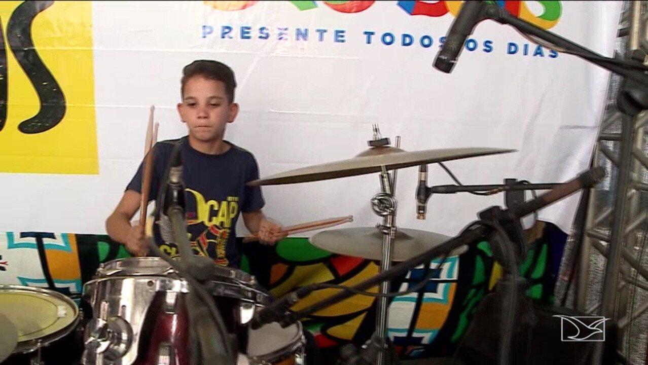 Menino que toca bateria de sucata se apresenta em São Luís