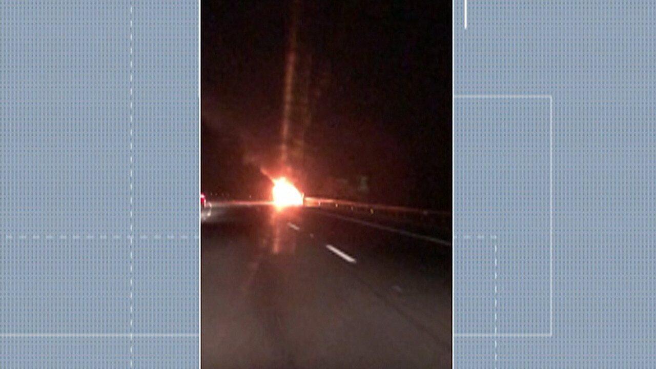 Carro pega fogo no acostamento da alça de acesso à Mogi-Dutra