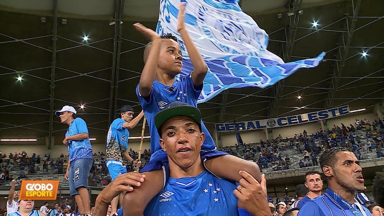 No ombros do pai, garoto vira símbolo da torcida do Cruzeiro em jogos no Mineirão