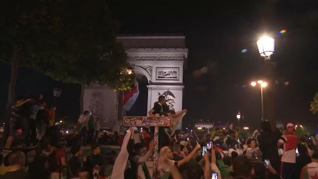 Argelinos comemoram classificação para final da Copa Africana nas ruas de Paris