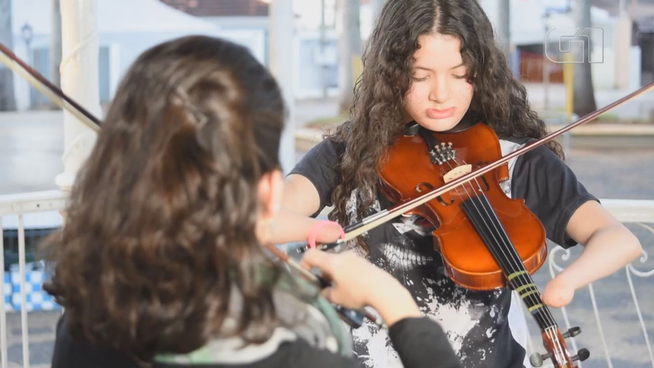Adolescente supera malformação e aprende a tocar violino adaptado por professora