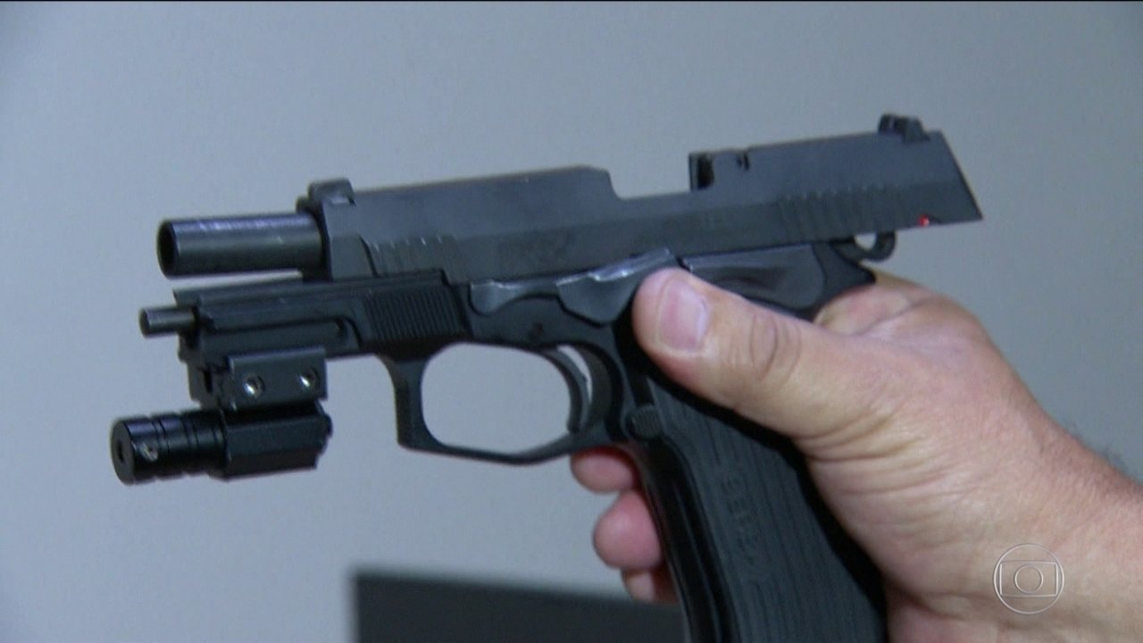Pistola encontrada na casa da deputada Flordelis foi usada na morte de pastor, diz perícia