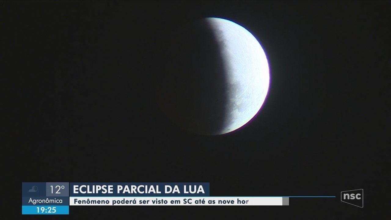 Eclipse parcial da Lua é visto em todos os estados do Brasil