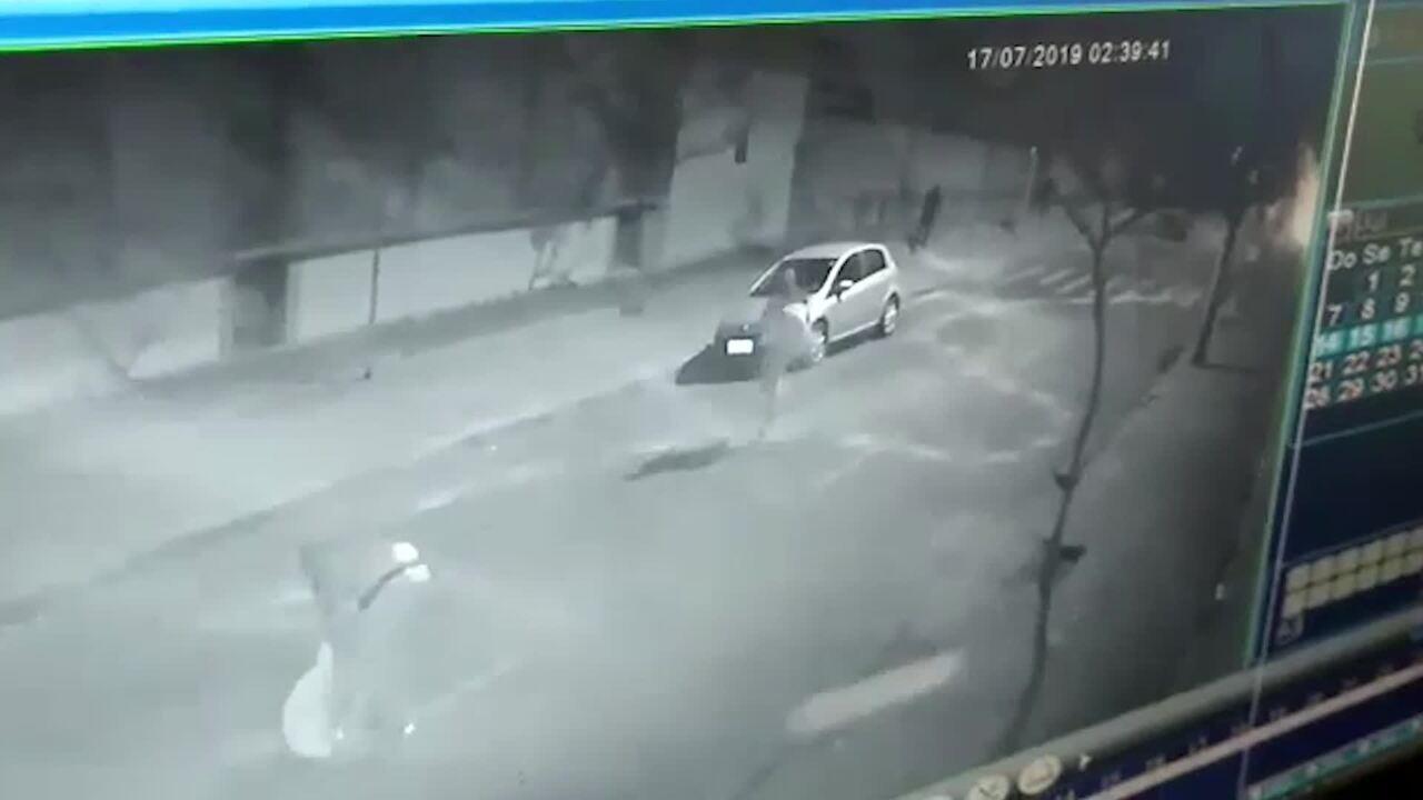 Câmera flagrou grupo que praticou ato de vandalismo na madrugada desta quarta-feira