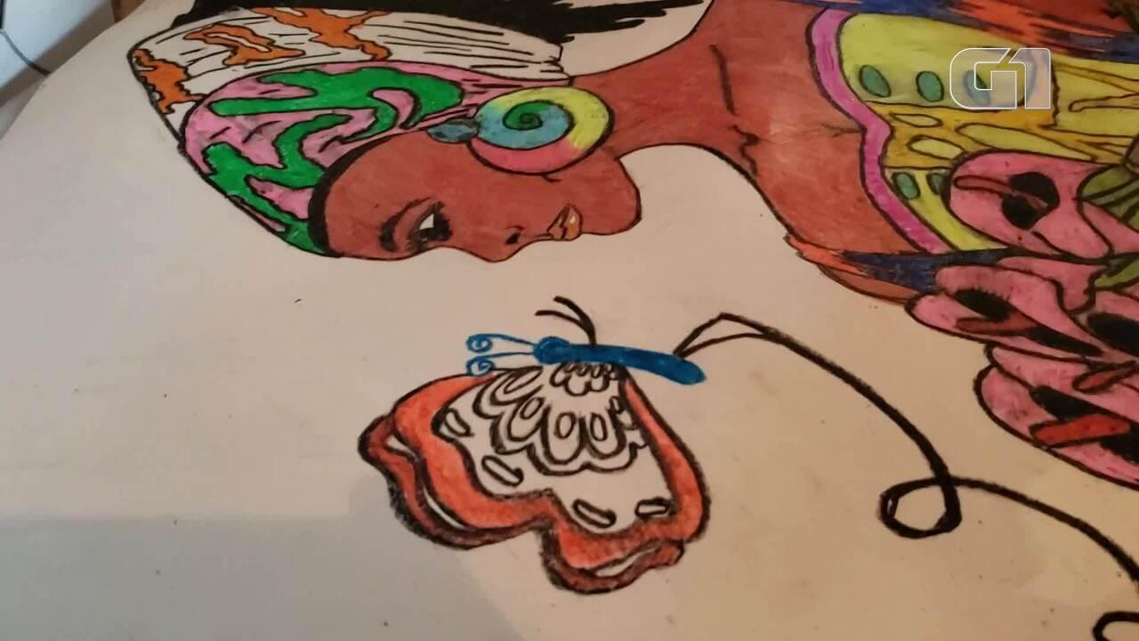 Desenhista com Síndrome de Asperger cria mulheres e roupas em figuras cheias de detalhes