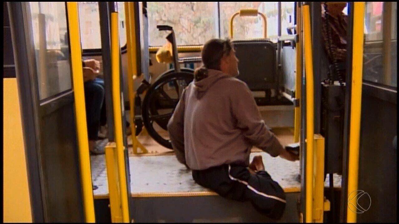 Resultado de imagem para Vídeo mostra cadeirante se rastejando para entrar em ônibus após elevador não funcionar