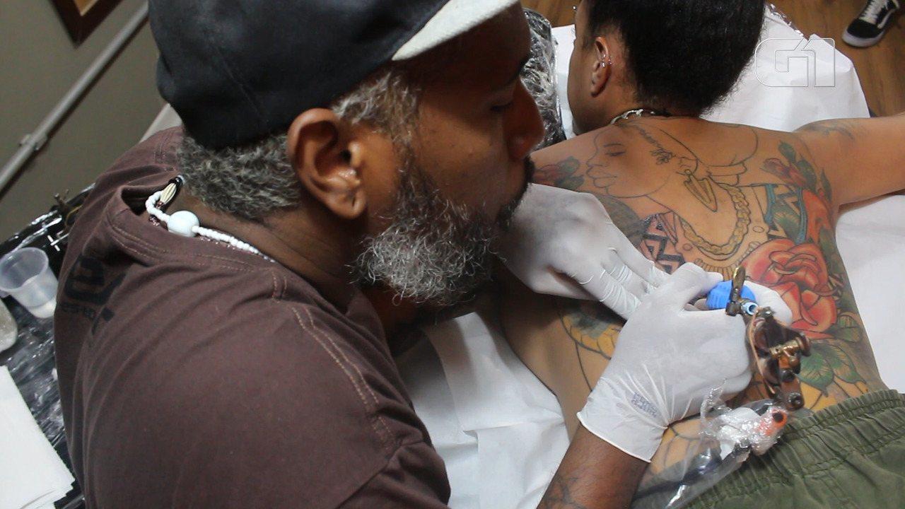 Afrojob: conheça o tatuador baiano que é especialista em pele preta