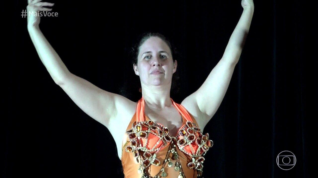 Roberta faz aula de dança do ventre
