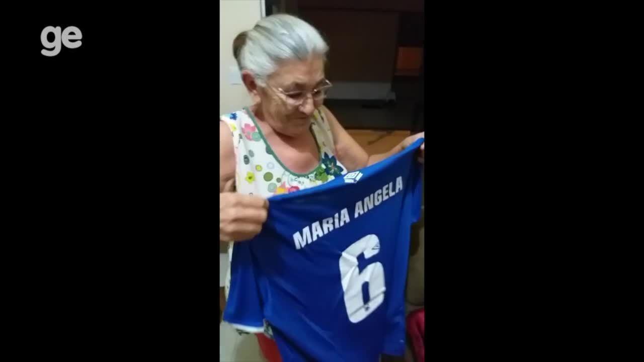 Dona Tita se emociona ao receber presentes mandados pelo Cruzeiro