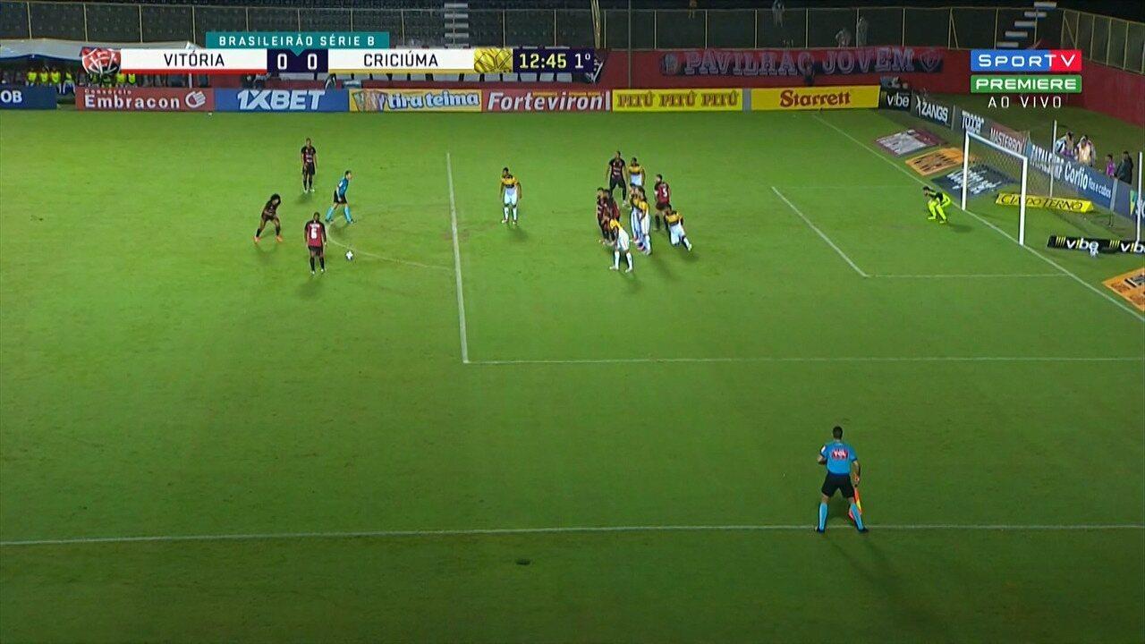 Gedoz cobra falta da entrada da área e bola passa ao lado do gol, aos 12' do 1º tempo