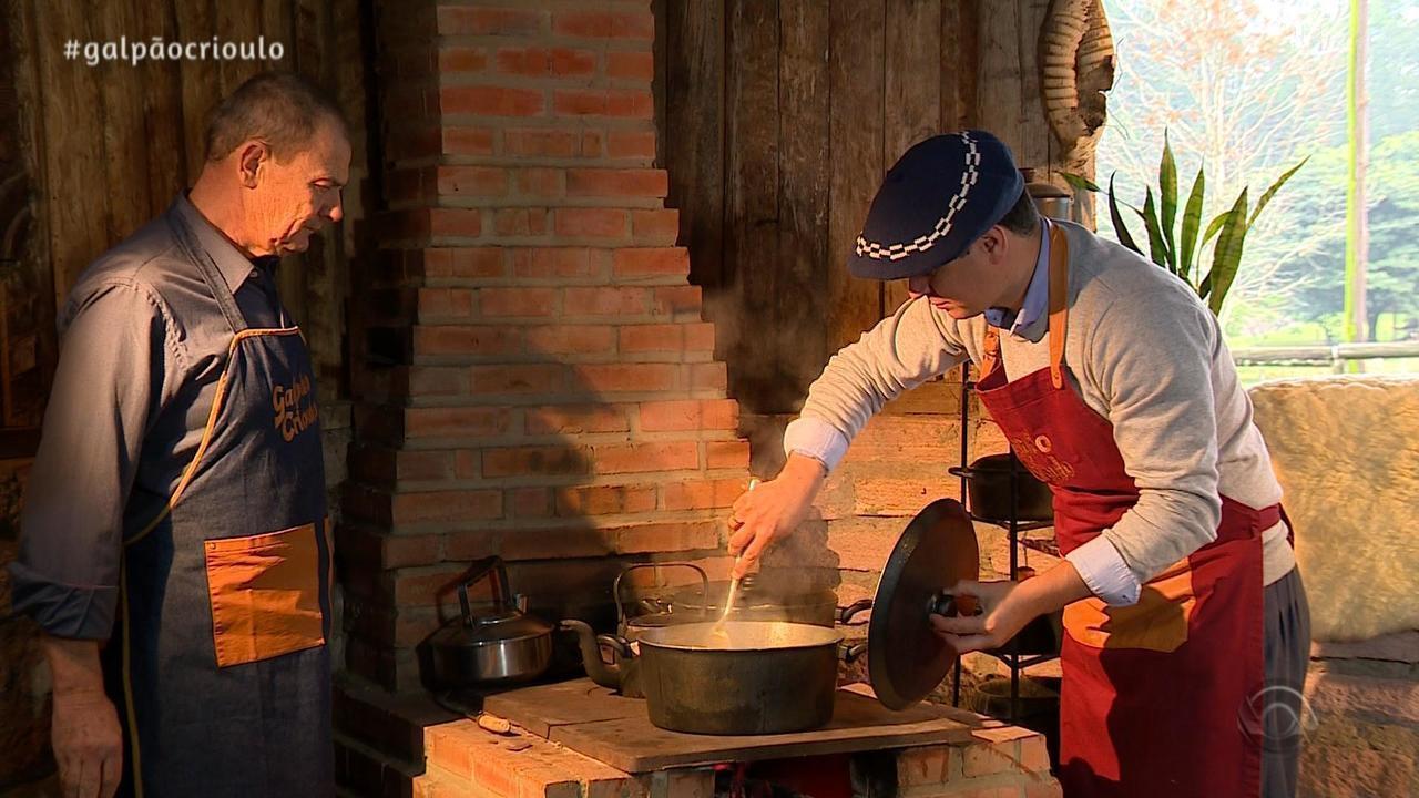 Léo Pain prepara Costela de Panela à Moda do Véio no quadro Cozinha de Galpão