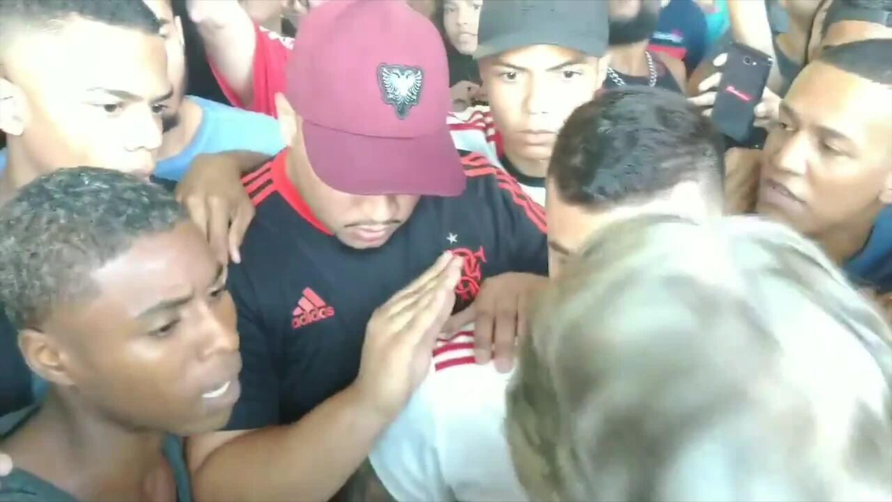Jesus conversa com os torcedores no embarque do Flamengo para São Paulo