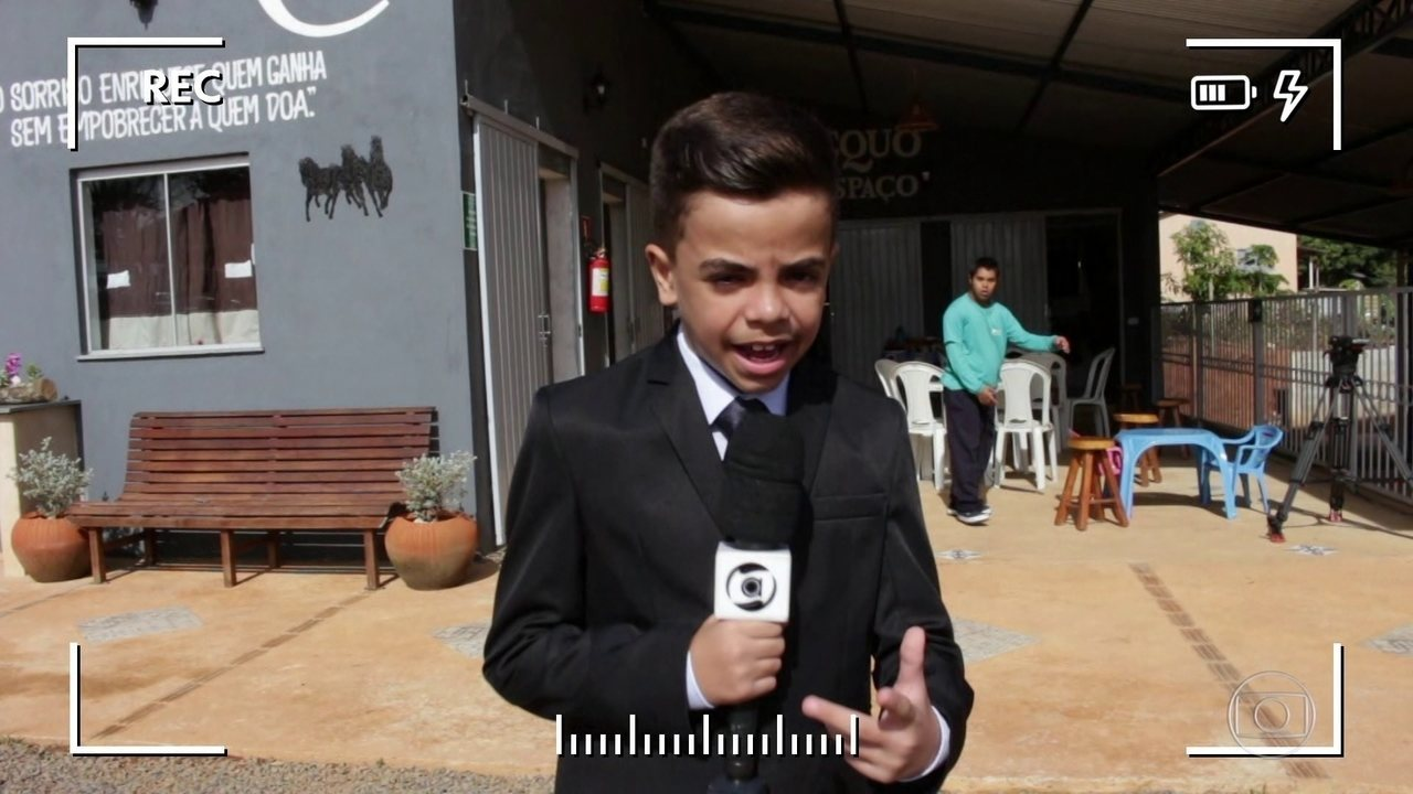 Menino de 11 anos apaixonado por jornalismo tem gata chamada Glória Maria
