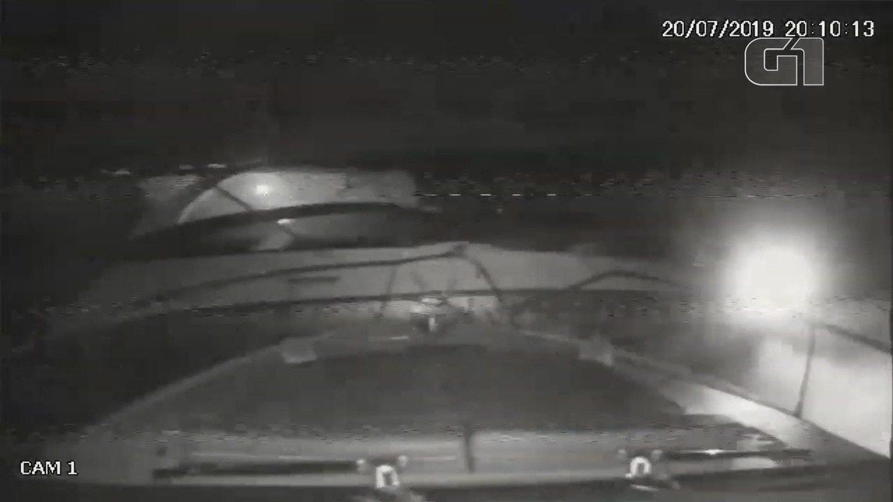 Lanchas de luxo colidem e câmeras a bordo flagram acidente no litoral de SP