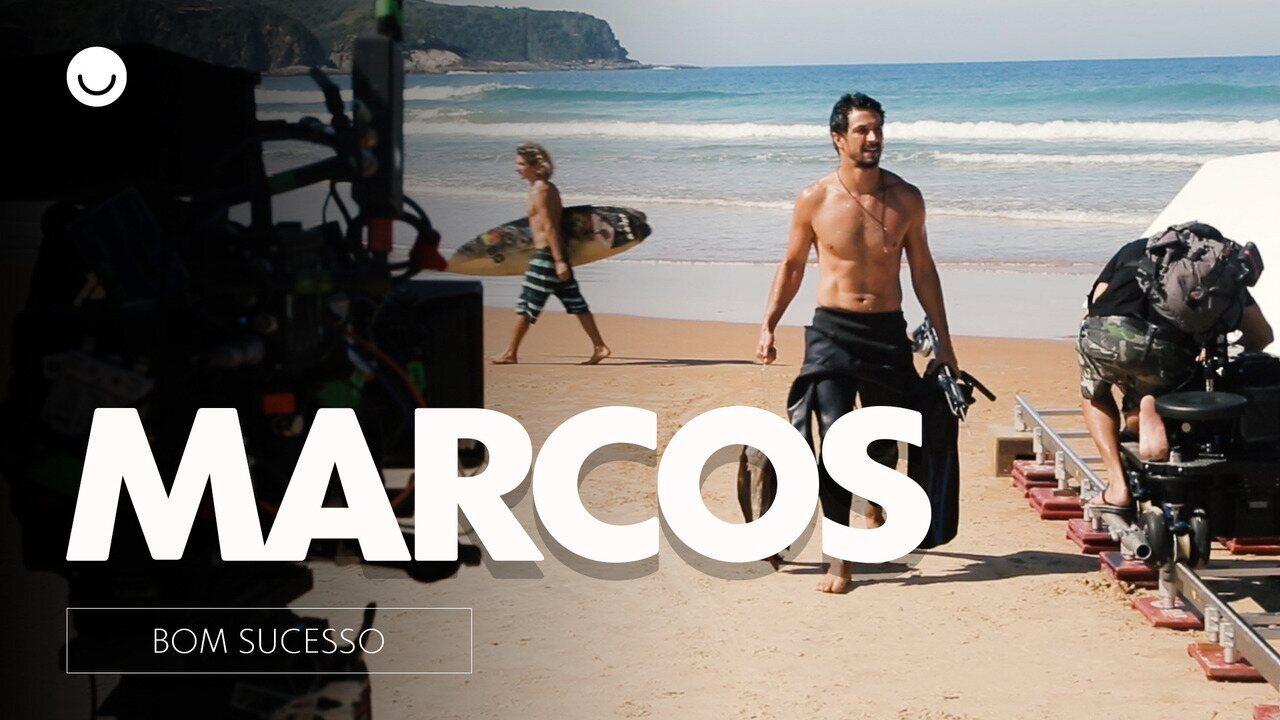 """Nos bastidores de """"Bom Sucesso"""", Romulo Estrela apresenta Marcos. Ele é dono de um bar na beira da praia"""