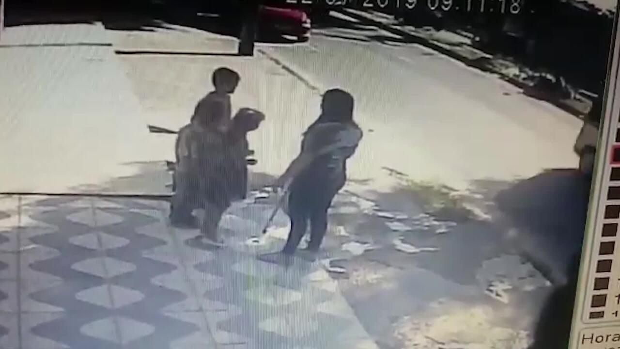 Família de empresário é feita refém em assalto e criminoso leva carro com crianças