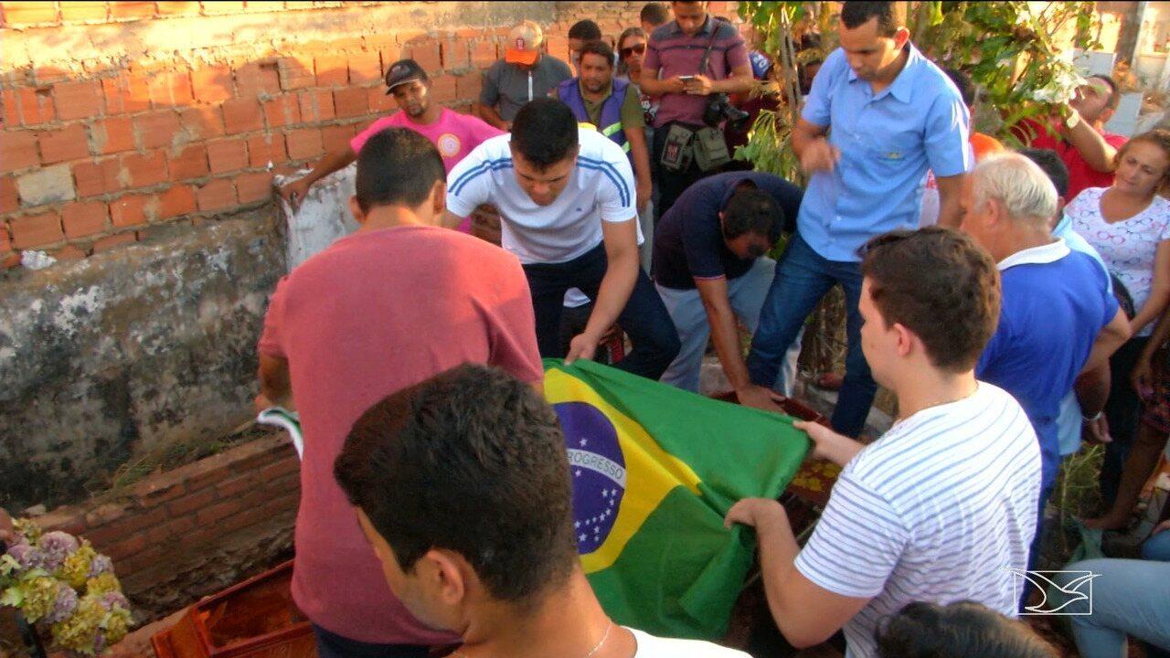 Corpo de estudante do Maranhão morto em Teresina é enterrado em Caxias