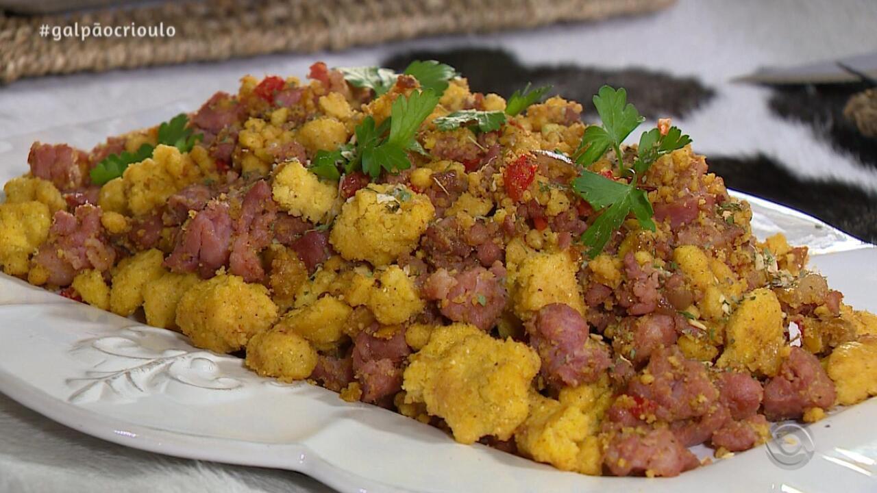 Pepeu Gonçalves prepara Cuscuz Gaúcho no quadro Cozinha de Galpão